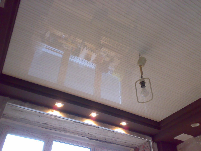 Потолок из пластиковых панелей фото