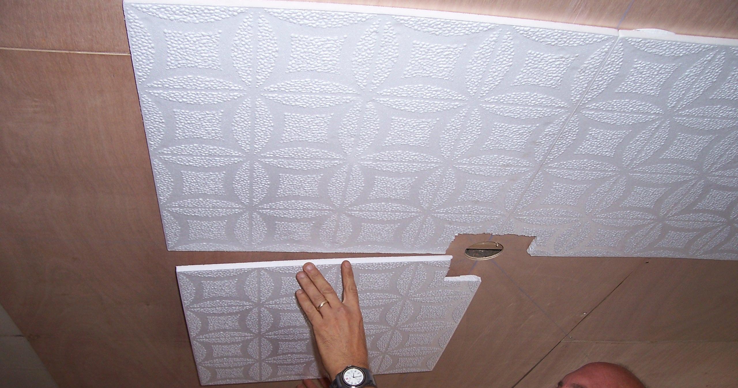 Облицовка потолка ванной пенополистирольной плиткой фото2